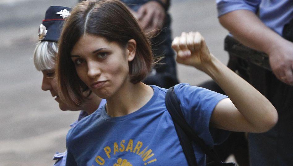 Nadeschda Tolokonnikowa auf dem Weg ins Gericht