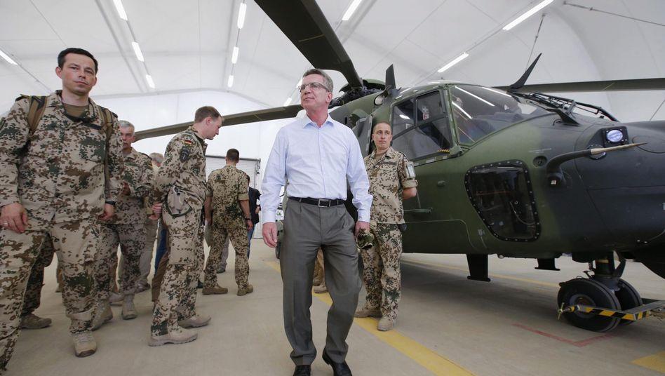 Helikopter NH90: De Maizière bei einem Soldatenbesuch in Afghanistan