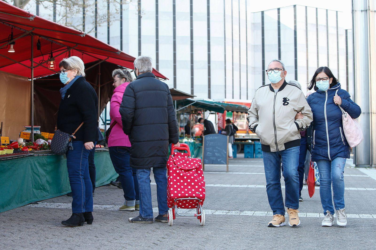 22.04.2020, xtgx, Maskenpflicht in Wolfsburg, Besucher des Wochenmarktes tragen Masken. Die Stadt Wolfsburg hat ab dies
