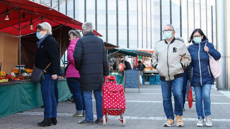 Besucher eines Wochenmarktes in Wolfsburg: Die heimische Maskenproduktion soll gefördert werden