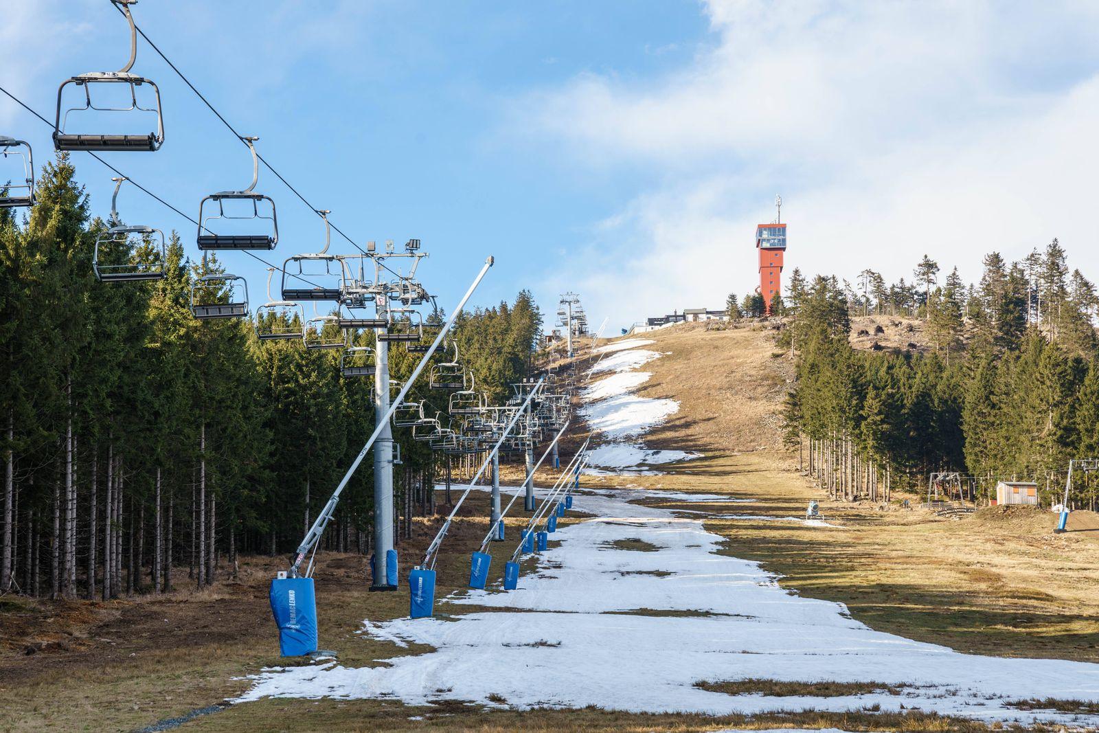 Schneemangel im Harz 15.01.2020, Braunlage (Niedersachsen): Bei zu warmen Temperaturen und fehlendem Schnee ist am Skige