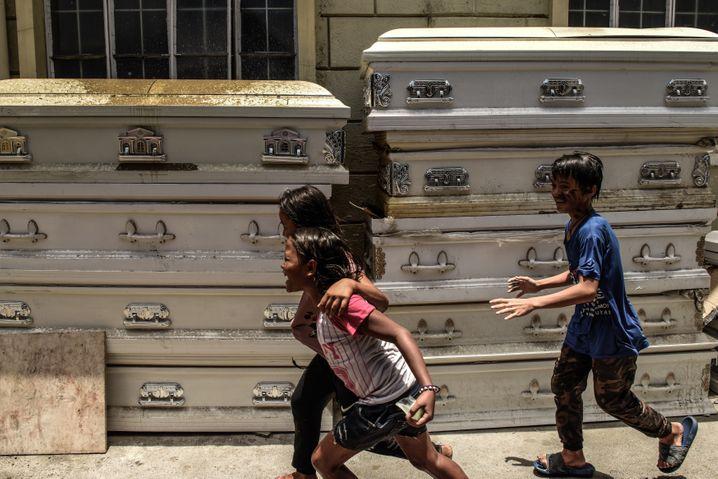Kinder bei einem Krematorium in Manila: Verhaftung bei Protest