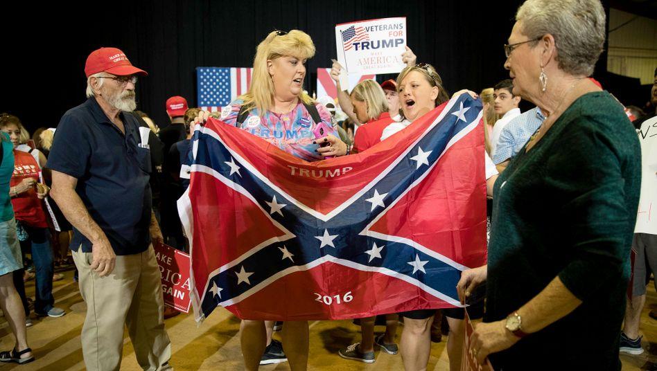 """Trump-Anhänger im Wahlkampf 2016 mit Flagge der Konföderation: """"Es geht nicht um Rassismus"""""""