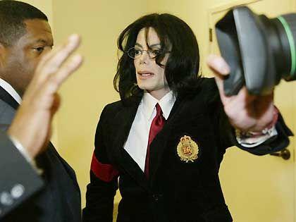 Jackson stoppt im April 2004 einen Kameramann im Gerichtsgebäude von Santa Maria