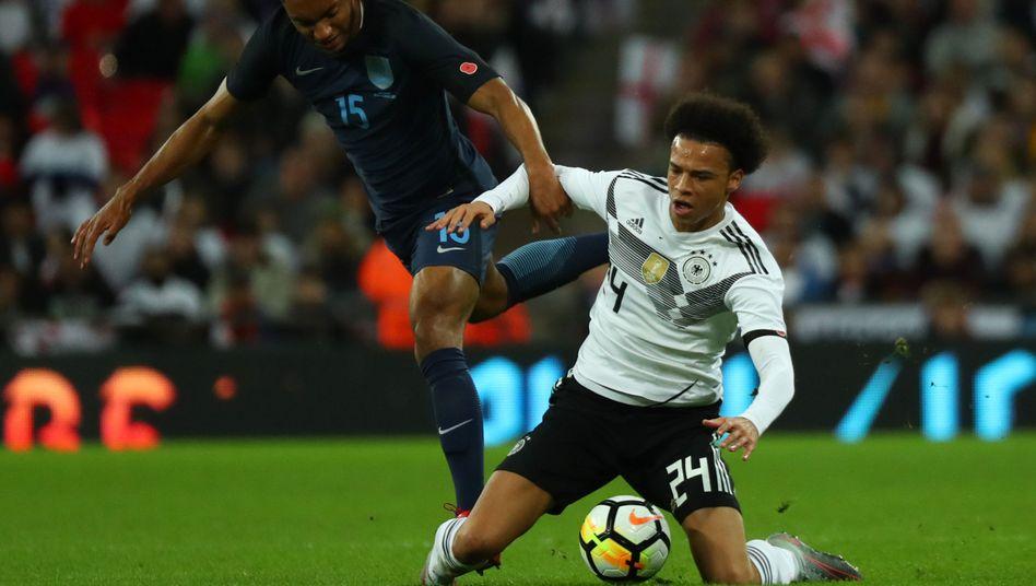 Englands Charisius (l.), DFB-Spieler Sané