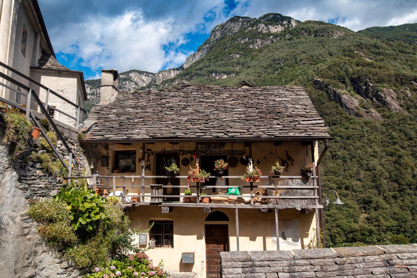 Corippo - bewohntes Haus auáerhalb des Dorfkerns