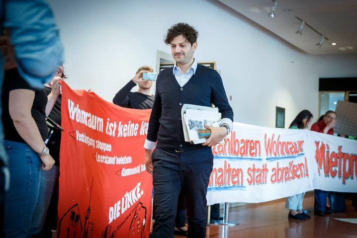 Pantisano kurz vor einer Gemeinderatssitzung im Sommer 2018 in Stuttgart, die von Demonstranten begleitet wurde
