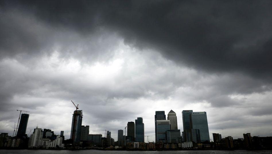 Londoner Finanzdistrikt Canary Wharf (im Juli 2016): Die britische Wirtschaft überrascht - sie ist im zweiten Quartal nicht stagniert, sondern geschrumpft