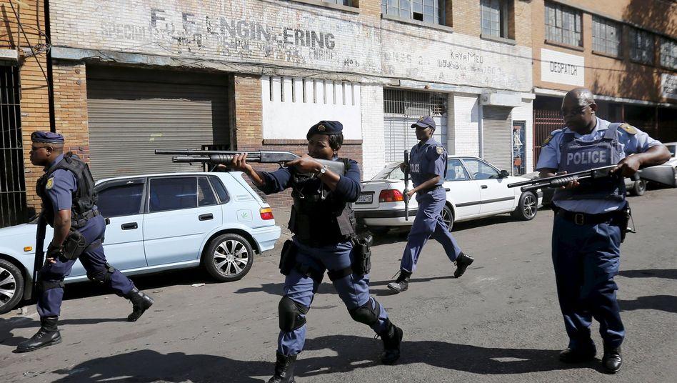 Polizisten im Einsatz gegen Demonstranten: Chaotische Szenen