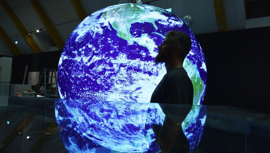 Leuchtende Nachbildung der Erde
