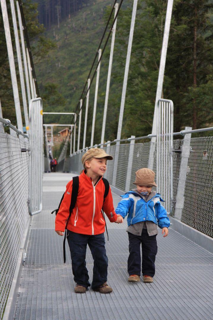 Hochstuckli Skywalk: Kinder vor auf dem Wackelpfad