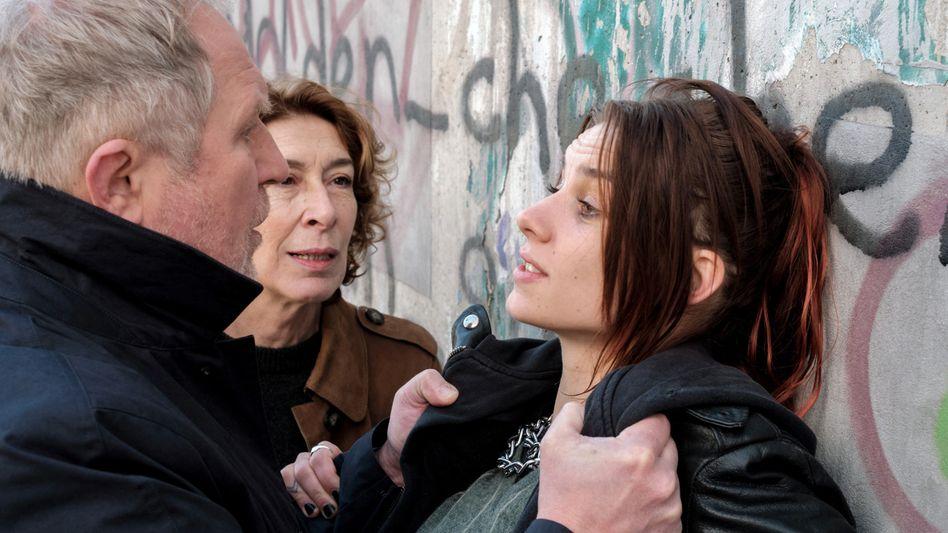 Wiener »Tatort«-Kommissare Eisner (Harald Krassnitzer), Fellner (Adele Neuhauser) mit Tina (Maya Unger): Ohne Deal geht gar nichts