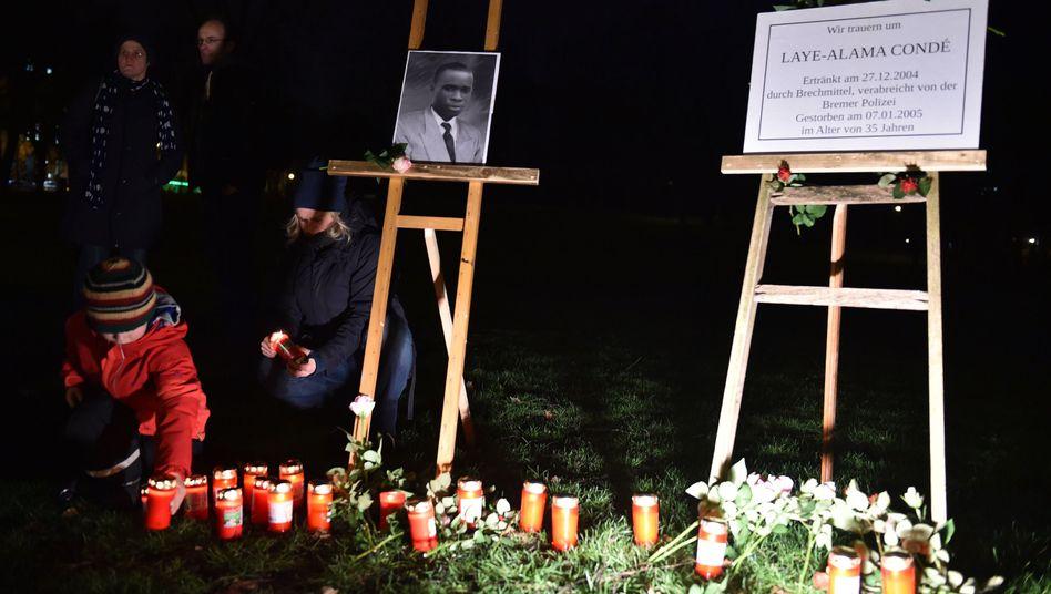 Gedenktag zehn Jahre nach seinem Tod: Mit Kerzen und Blumen erinnern in Bremen Menschen an Laye-Alama Condé