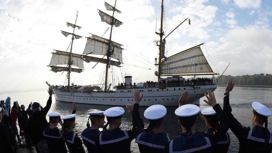 """Die """"Gorch Fock"""" läuft in Kiel aus ihrem Heimathafen aus (Oktober 2014)"""
