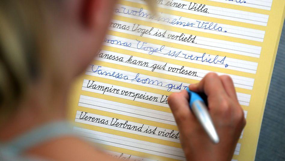 Grundschülerin übt Schreibschrift bei Grimma in Sachsen (Symbolbild)