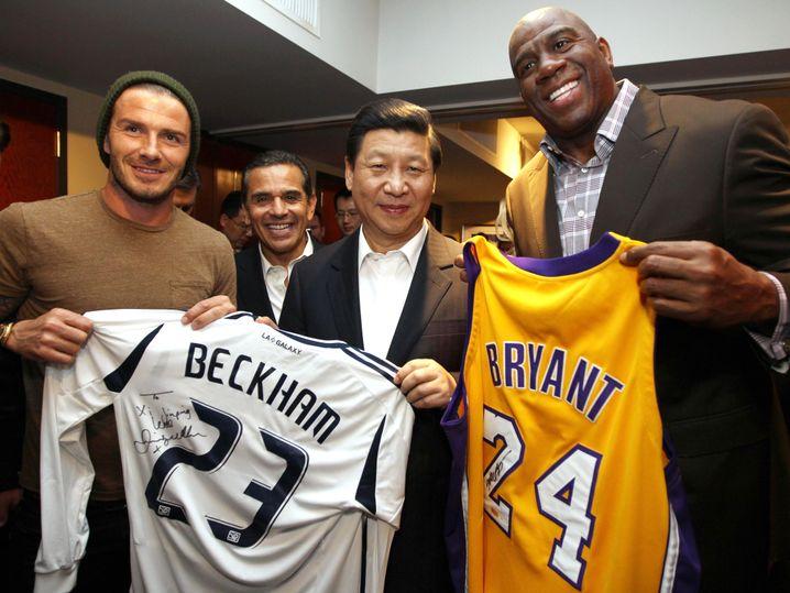 Präsident Xi bekommt ein Beckham- und ein Bryant-Trikot