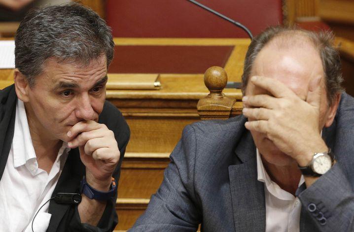 Finanzminister Tsakalotos mit seinem Kollegen Giorgos Stathakis, Wirtschaftsressort: Durchhalten im Parlament