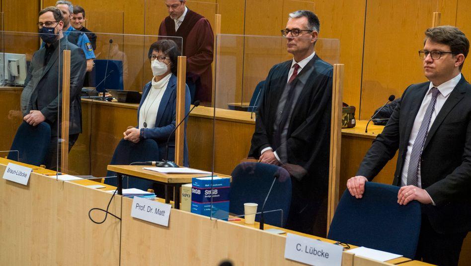 Die Familie des ermordeten Walter Lübcke mit Anwalt Holger Matt im Oberlandesgericht Frankfurt am Main: Sie sind davon überzeugt, dass Stephan Ernst nicht allein am Tatort war