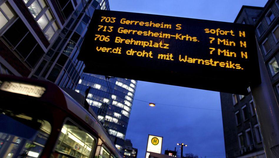 Auf einer Anzeigetafel ist in Düsseldorf der Hinweis auf den Warnstreik im öffentlichen Dienst zu sehen