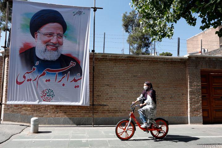 Ein Wahlplakat des konservativen iranischen Präsidentschaftskandidaten Ebrahim Raisi in Teheran