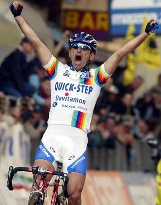 So jubelte Paolo Bettini am 22. März 2003 nach dem Sieg bei Mailand-San Remo