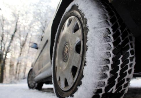 Winterreifen ade: Auch Sommerreifen auf Schnee würden kein Bußgeld nach sich ziehen - solange sie genügend Profil haben und nichts passiert