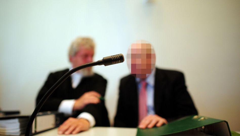 Angeklagter Arzt (r.), Anwalt: Mehr als tausend Schmerzensgeldklagen gegen Mediziner
