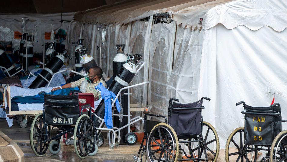 Dieser Patient wird in Südafrikas Hauptstadt Pretoria in einer provisorischen Notaufnahme behandelt