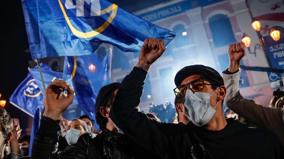 Anhänger der Regierungspartei feiern den Wahlsieg - die Opposition spricht von Betrug
