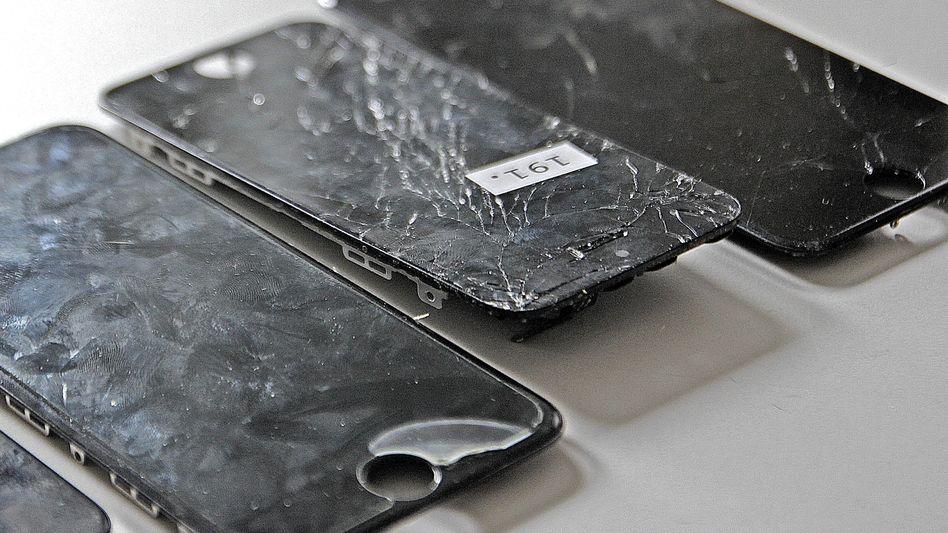 Zerstörte Displays: Ohne Hülle kann ein Smartphone-Sturz ziemlich teuer werden.