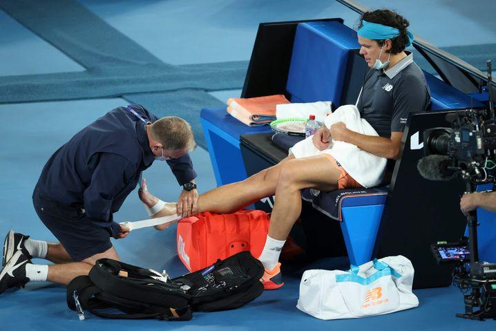 Milos Raonic wird am rechten Sprunggelenk behandelt