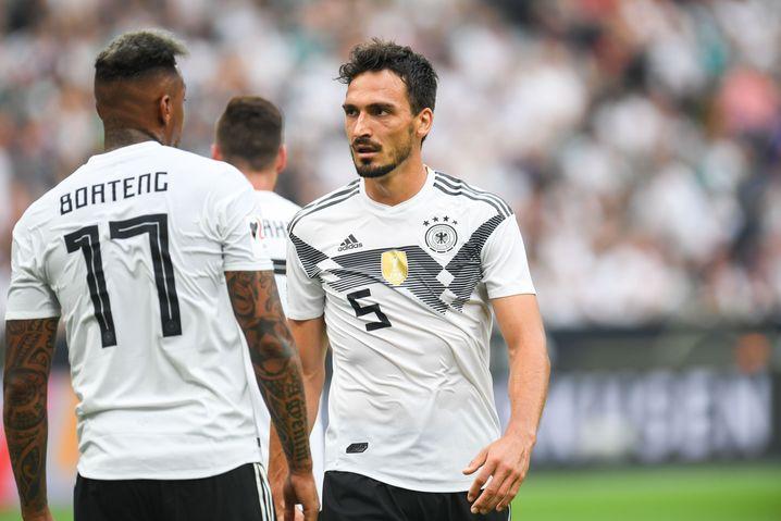 Jérôme Boateng (links) und Mats Hummels in Topform wären prädestiniert für eine Dreierkette - aber Löw kann sie nicht mehr zurückholen
