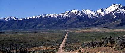 Nord-Nevada: Dirt Road in Richtung Ruby Mountains