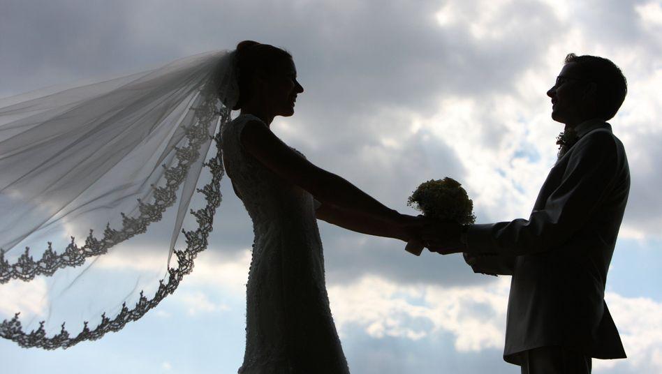 Frischvermähltes Hochzeitspaar: Finale nach dem Ämter-Marathon