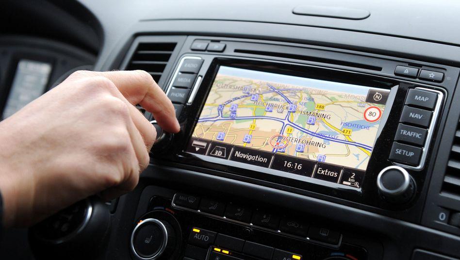 Autofahrer bedient ein Navigationsgerät