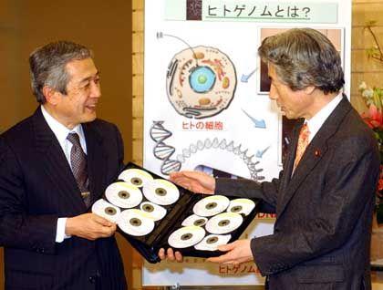 """Der Genomforscher Yoshiyuki Sakaki (l.) überreicht dem japanischen Premier Junichiro Koizumi am Montag CDs mit der Erbgutsequenz: """"Entscheidender Schritt"""""""