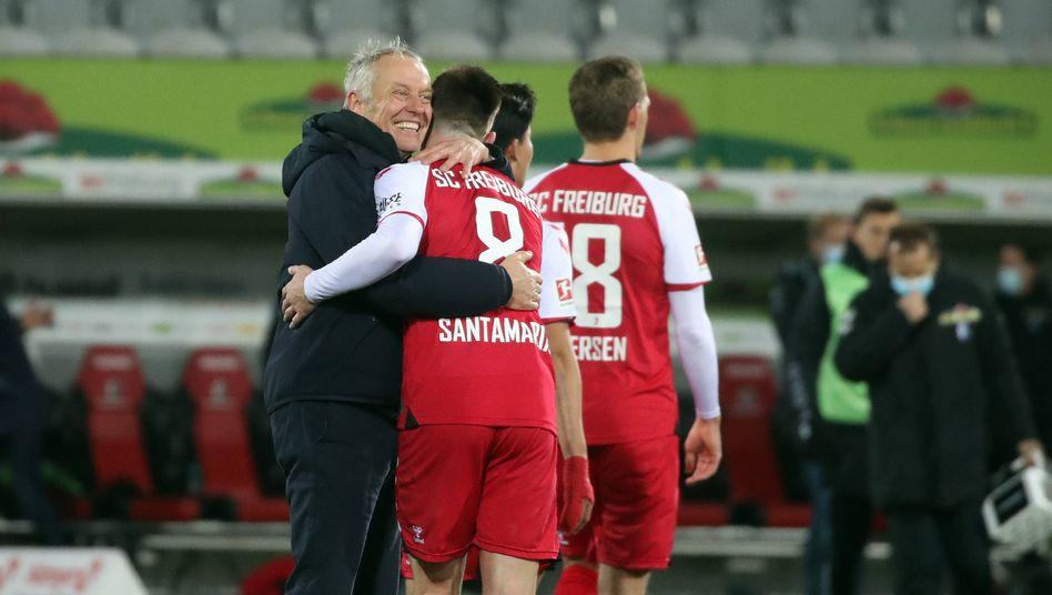 Trainer Christian Streich herzt Baptiste Santamaria