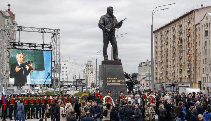 Erst am Dienstag war das Kalaschnikow-Denkmal eingeweiht worden
