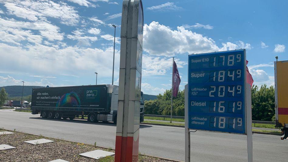 Kraftstoffpreise an der Autobahntankstelle Harz-Ost, Juni 2021. Höhere Energiekosten treiben die Inflationsrate hoch