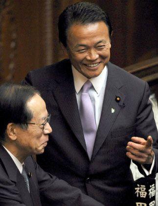 Der neue Ministerpräsident Taro Aso (rechts) lächelt bei seiner Ankunft mit seinem Vorgänger Yasuo Fukuda: Ernennung durchs Unterhaus.