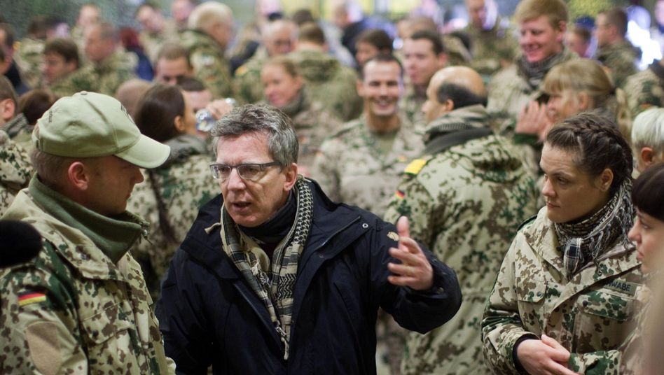 Verteidigungsminister Thomas de Maizière in Afghanistan: Mehr Rekruten aus dem Süden