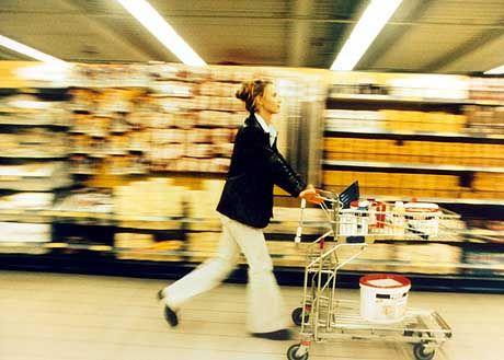 Frau im Einkaufsstress: Löwenanteil der Hausarbeit