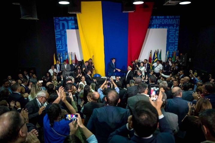 """Juan Guaidó im Gebäude der Tageszeitung """"El Nacional"""": improvisierte Sitzung"""
