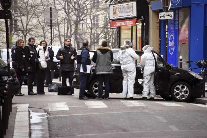 Polizisten am Wagen der Täter