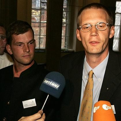 NPD-Landeschef Stefan Köster (r.), Tino Müller nach der Wahl im Schweriner Schloss: Parteikader und Neonazi