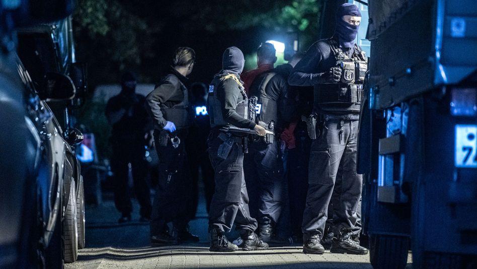Polizisten bei einer Razzia (Symbolbild)