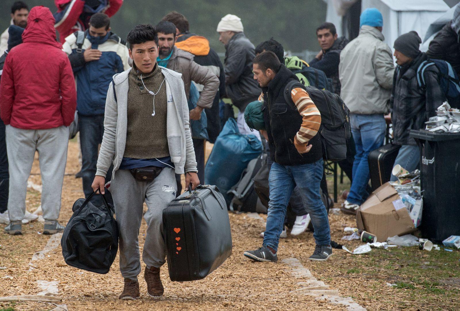 Flüchtlinge verlassen Zeltstadt in Hessen