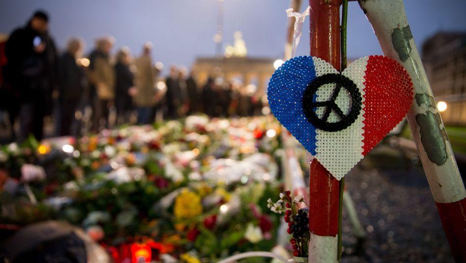 Ein Herz in den Farben der Trikolore vor der französischen Botschaft in Berlin