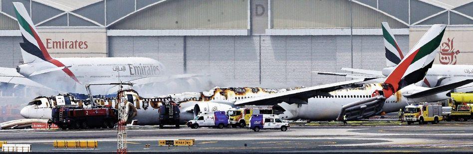 Ausgebrannte Emirates-Boeing auf dem Flughafen von Dubai am 3. August: Rettung über die Notrutschen