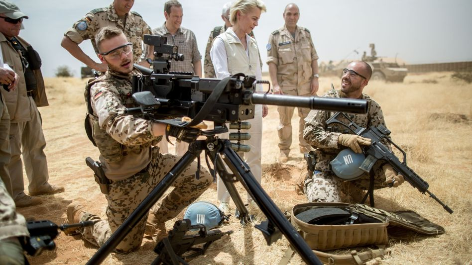 Von der Leyen und Soldaten in Mali